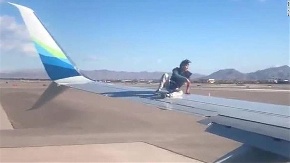 L'home, enfilat a l'avió