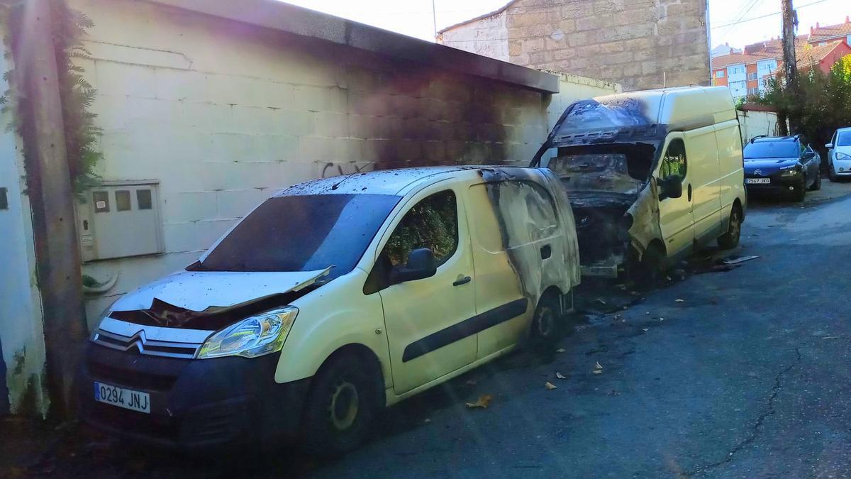 Los dos vehículos y el contenedor incendiado en Teis.