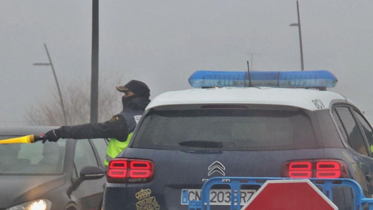 Un control policial del cierre perimetral de Alcoy, el pasado 7 de enero.