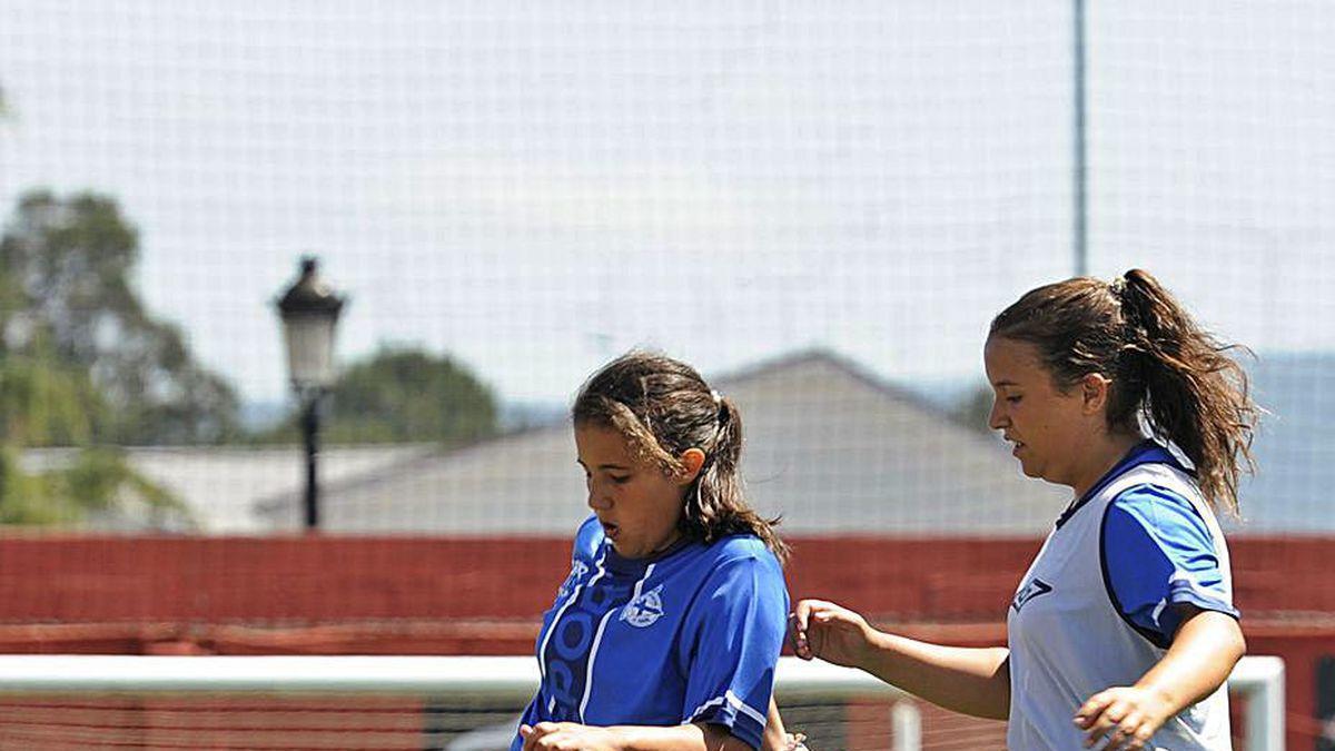 Dos jugadoras en el Campus del Deportivo en Silleda.