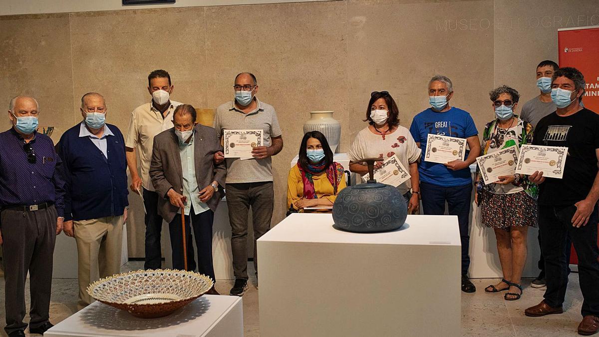 Los seis ganadores del Certamen de la Cerámica y Alfarería junto a Herminio Ramos y la concejala de Cultura, Eugenia Cabezas.