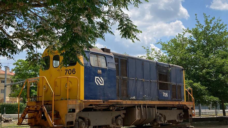 Sant Vicenç de Castellet instal·la l'antiga locomotora de Ferrocarrils al parc del carrer Llibertat
