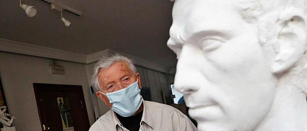 Vicente Santarúa trabaja en la estatua en su estudio de Avilés.