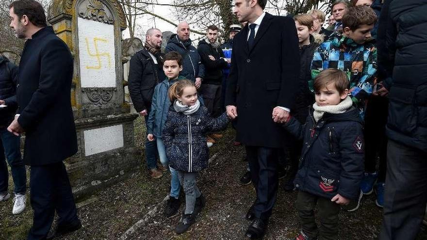 Macron amenaza a los profanadores de tumbas hebreas en un día de movilizaciones