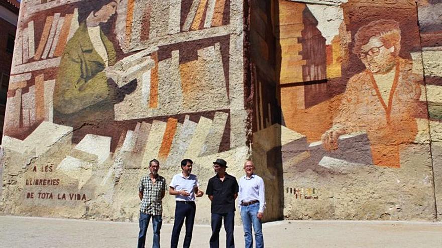 L'artista Albert Álvarez presenta el mural «Homenatge a les llibreries» a la plaça del Rei d'Igualada
