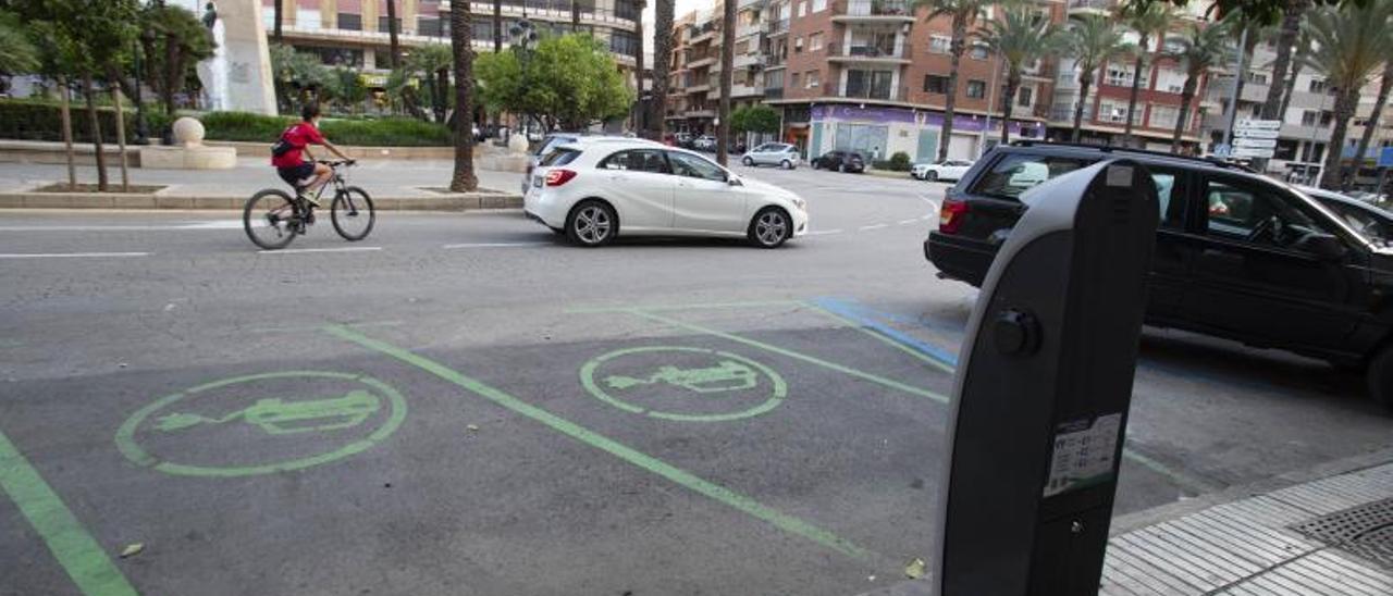 El punto gratuito de recarga eléctrica de Alzira, sin ningún vehículo al que ofrecer servicio. | PERALES IBORRA