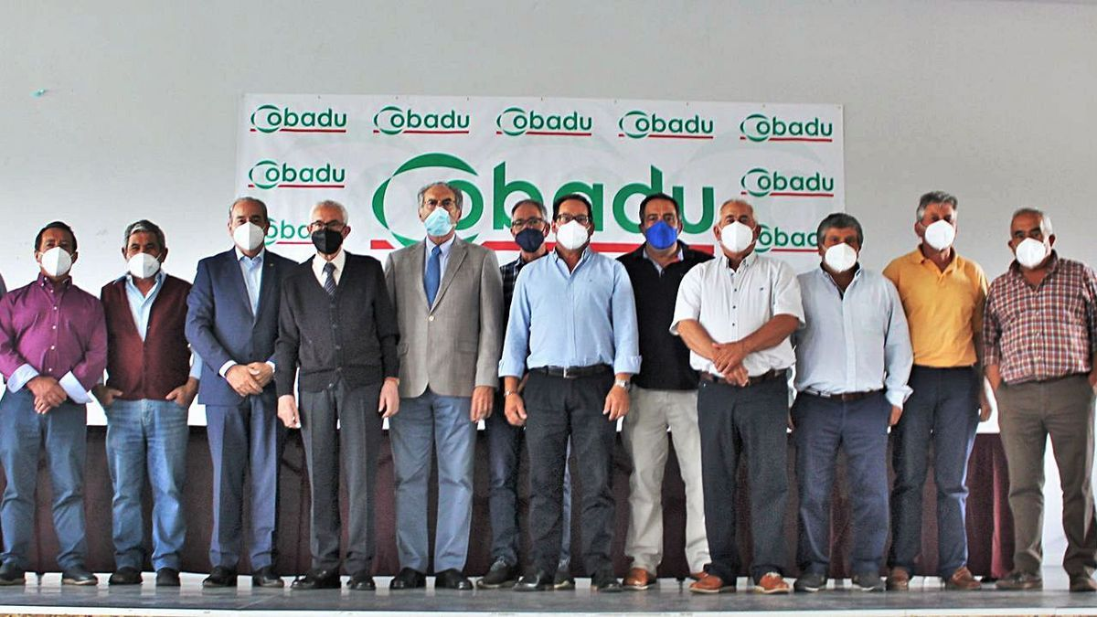 Los responsables de la cooperativa, con el presidente Florentino Mangas y el director general Rafael Sánchez en el centro.   Cobadu
