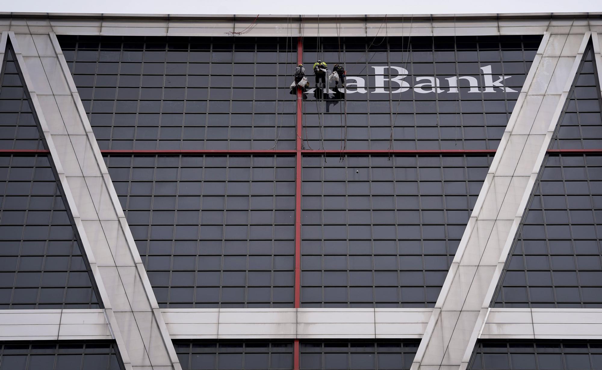 El logo de CaixaBank ya luce en la Torre Kio que albergaba la sede central de Bankia en Madrid