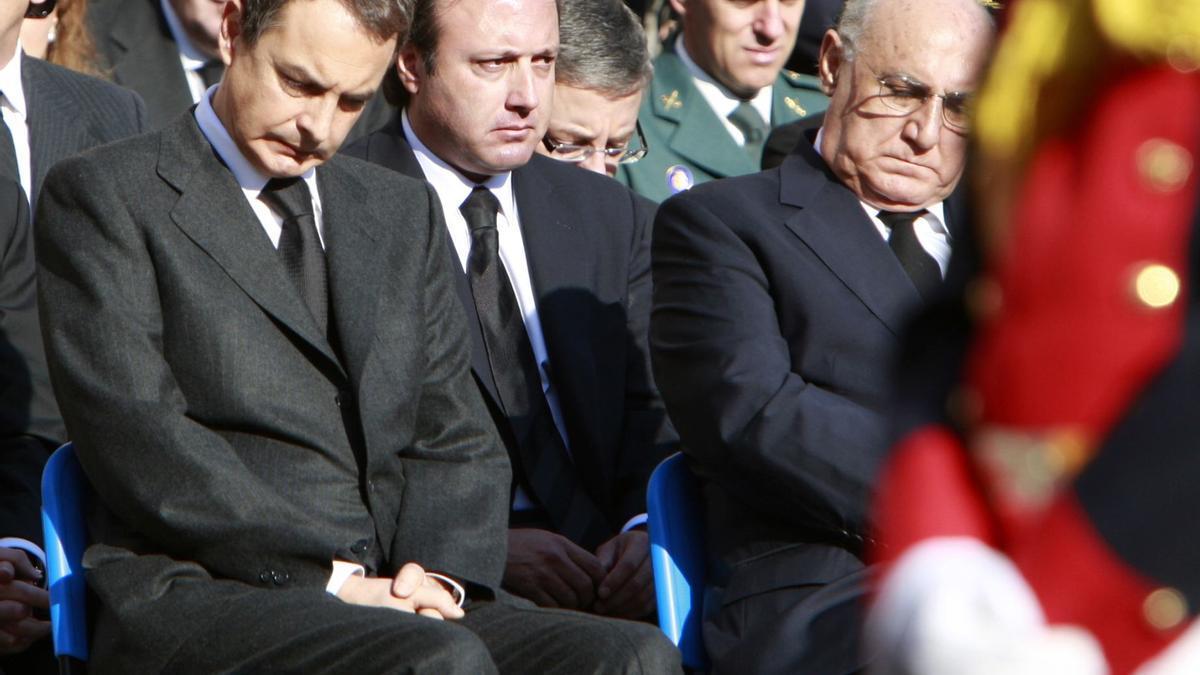 Con el presidente Zapatero en  el funeral por el agente del instituto armado Raúl Centeno, muerto 2007, en un atentado cometido por ETA en Francia,