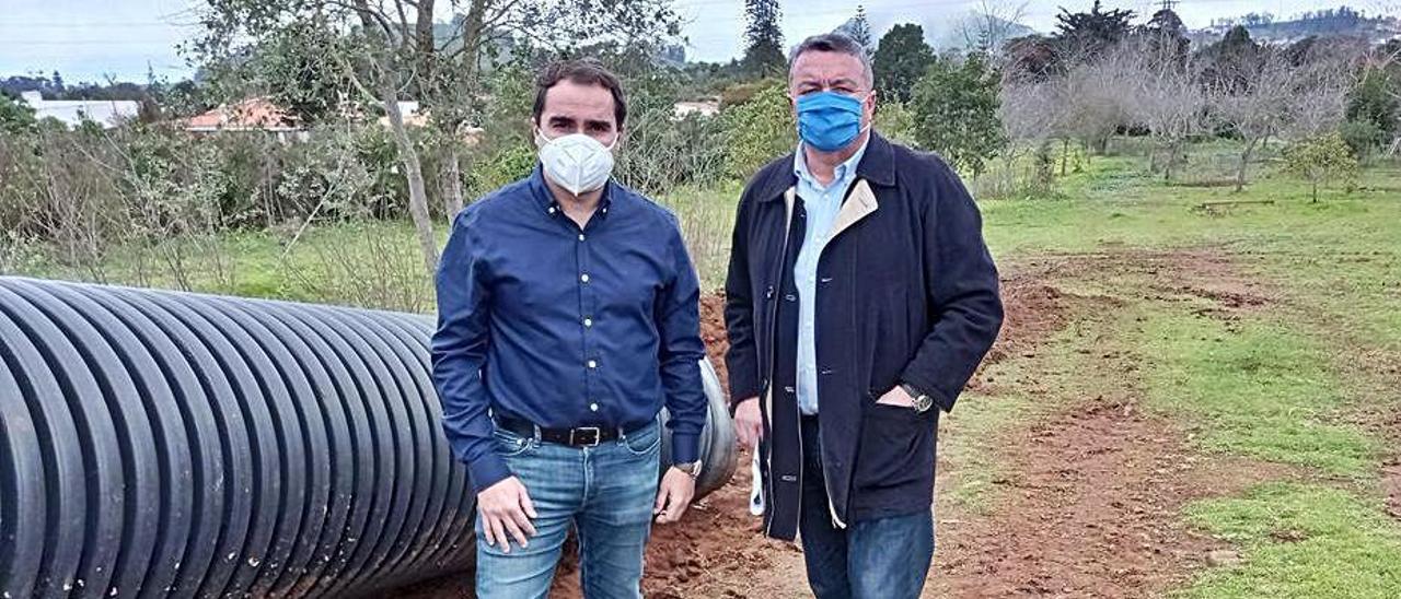 José Daniel Díaz y Antonio Gil en la visita a los terrenos. | | E.D.