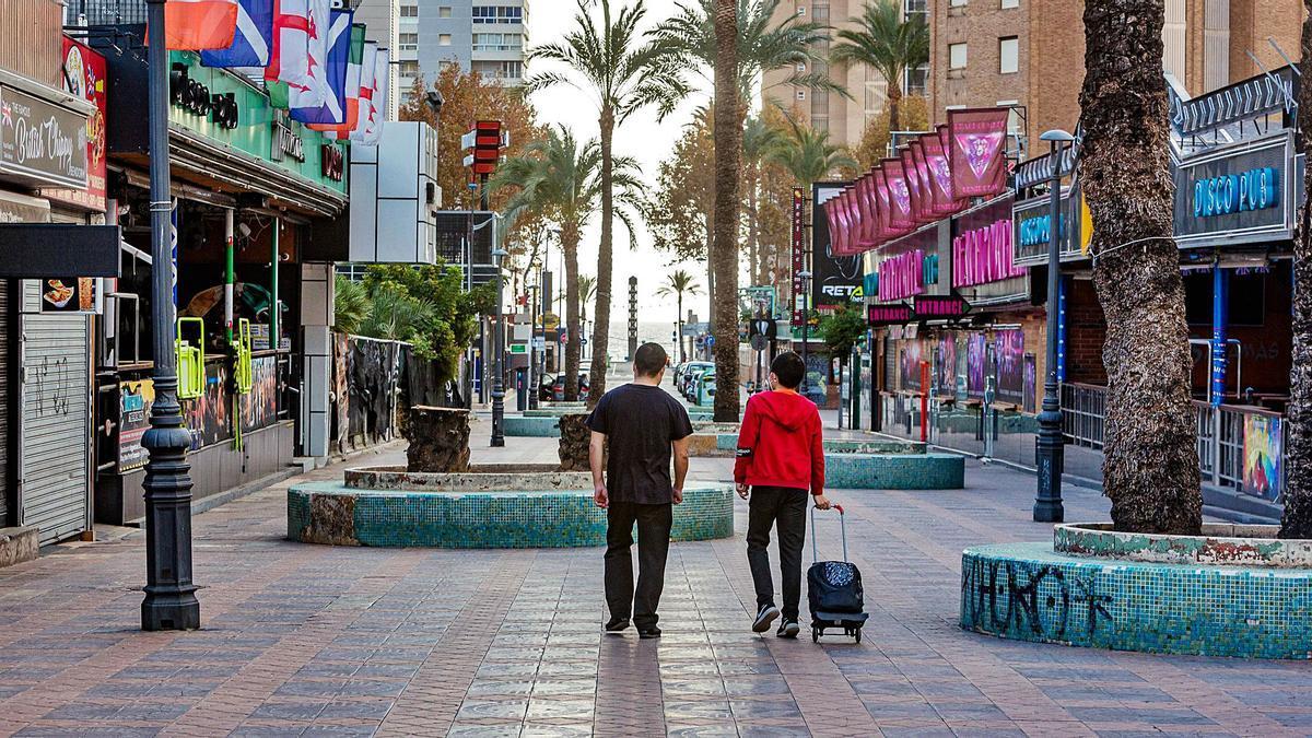 Un tramo de la calle Mallorca, que arrastra un avanzado estado de deterioro y que ahora el Ayuntamiento reformará aprovechando la ausencia de británicos en la zona. | DAVID REVENGA