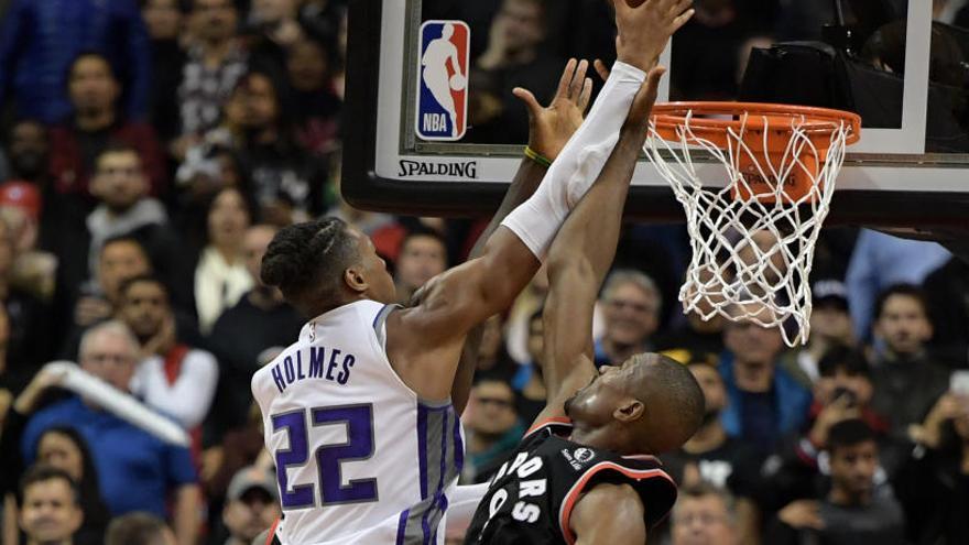 Ibaka lidera el triunfo de los Raptors ante Sacramento