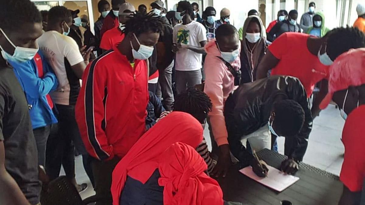 Migrantes senegaleses que el pasado fin de semana protestaron en un hotel del Puerto de la Cruz por su situación.