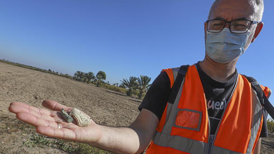 El arqueólogo e historiador Felipe Mejías muestra, ayer, algunos de los objetos localizados en lo que fue el campo de concentración.