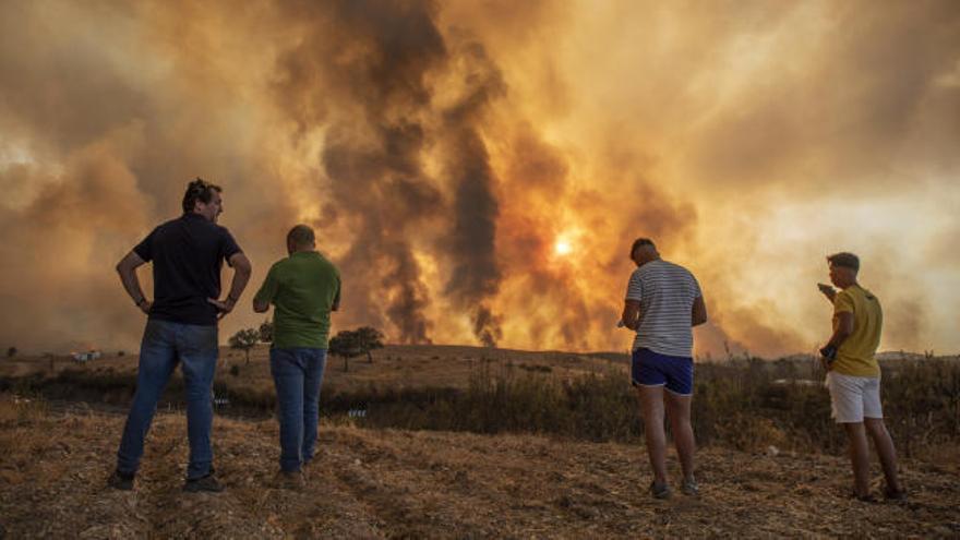 El incendio de Huelva obliga a evacuar a 400 personas