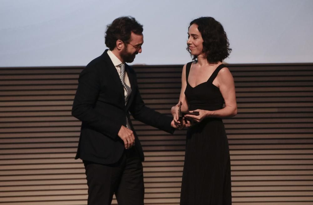 Aitor Moll, consejero delegado de Prensa Ibérica, entrega el premio a Rosa Esteva (Cortana)