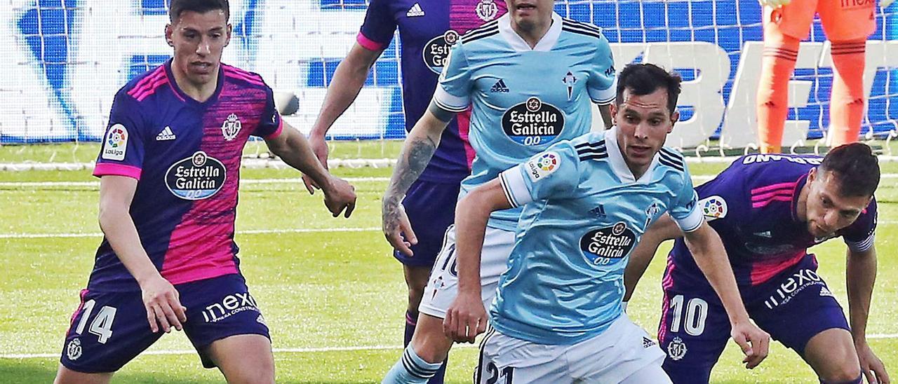 Solari controla el balón en presencia de Aspas, en el partido contra el Valladolid.    // MARTA G. BREA