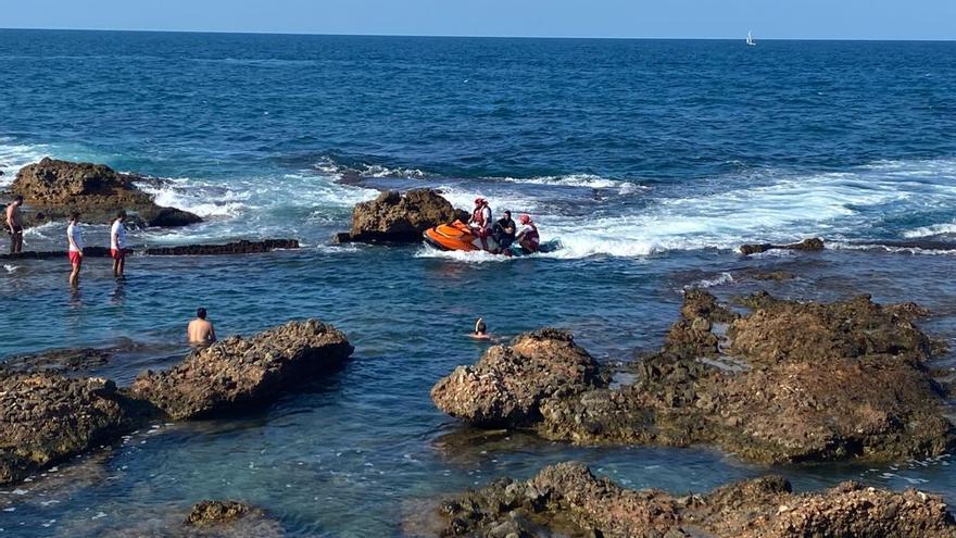 Unos padres se lanzan al agua con su bebé de 2 años y se refugian en la Cova Tallada al averiarse su barca