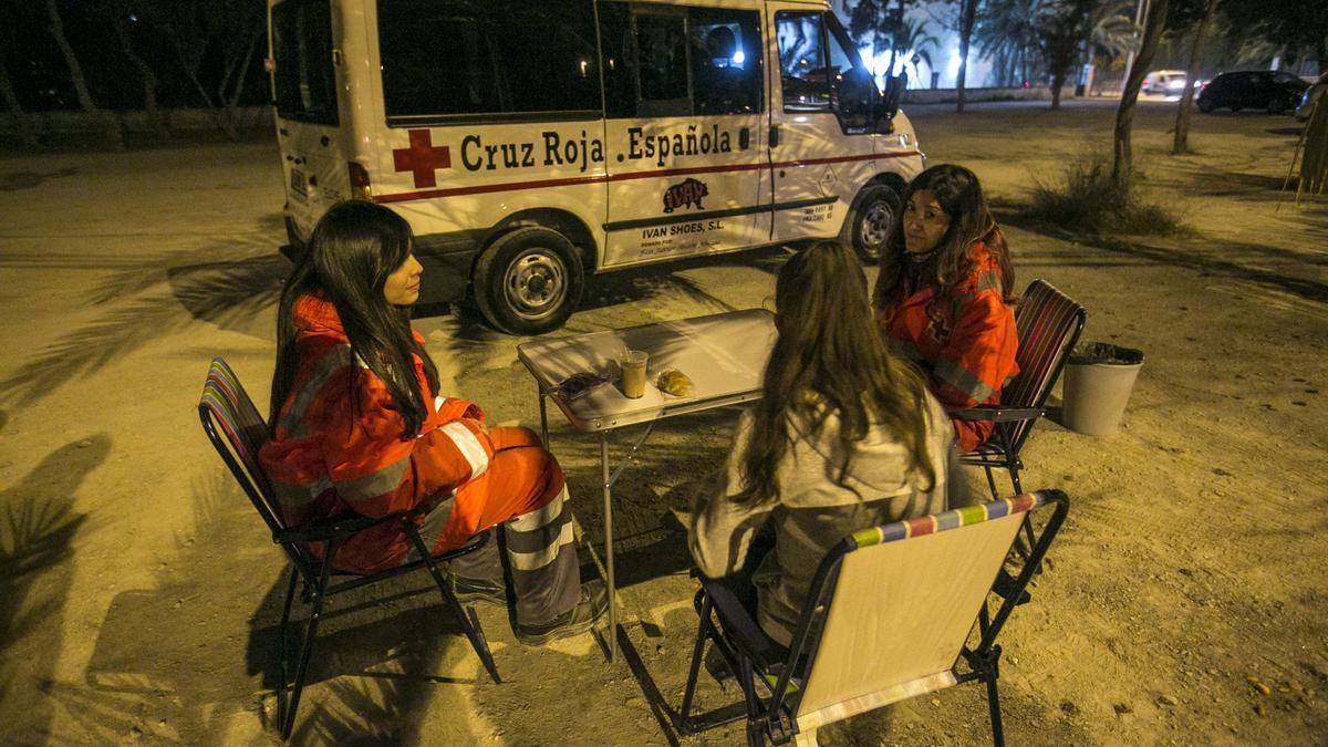 Equipo de Cruz Roja de Elche, en una de sus salidas nocturnas.