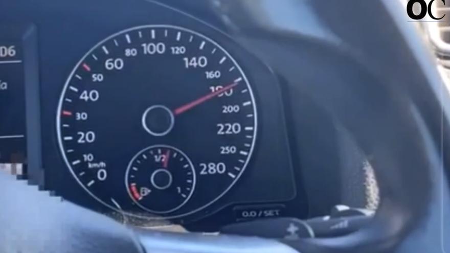 Se graba circulando a 200 km/h por la autopista y lo difunde en redes sociales