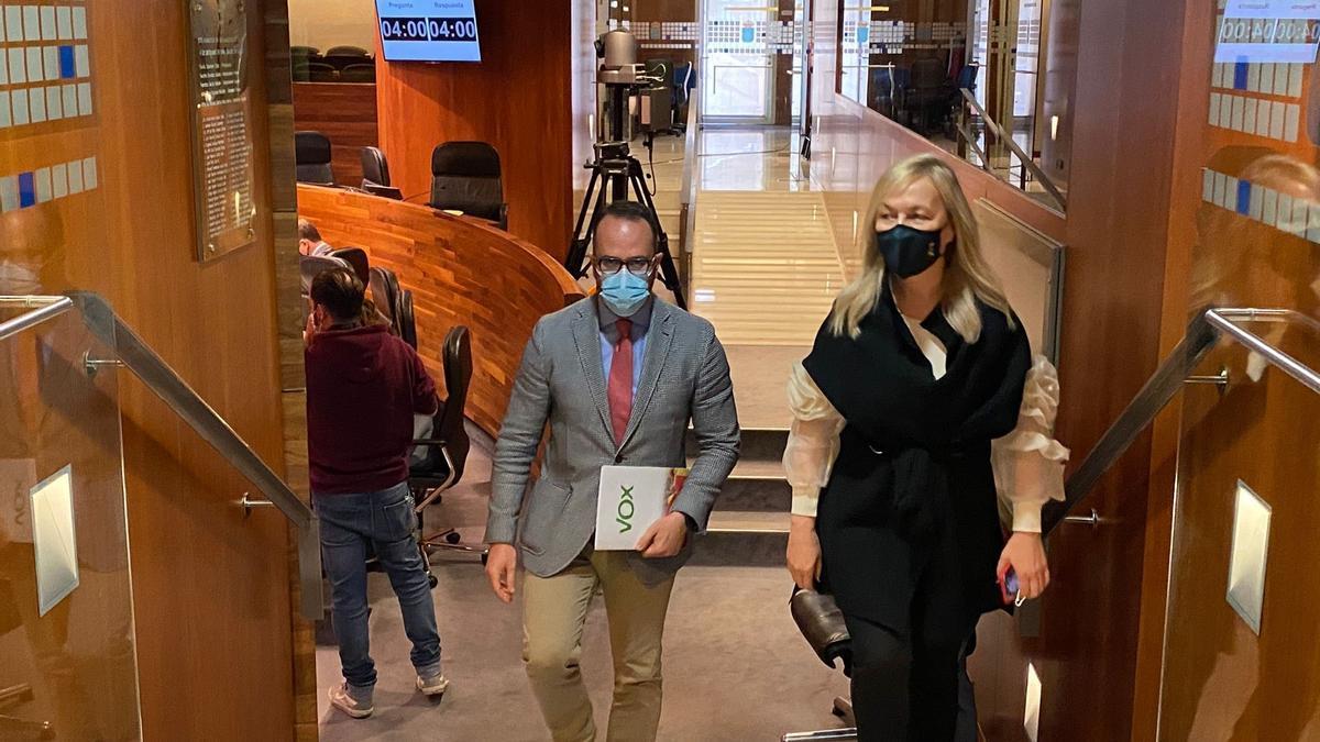 Los diputados de Vox, Ignacio Blanco y Sara Álvarez, abandonan el hemiciclo en protesta por las intervenciones en asturiano.