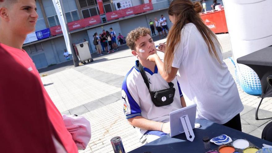 Derbi canario   Jugadores del CD Tenerife y aficionados blanquiazules, a la espera del partido ante la UD Las Palmas