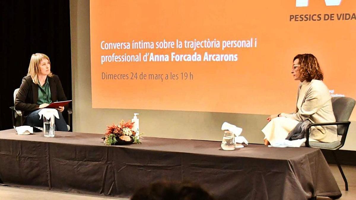Queralt Casals, periodista de Regió7, entrevistant Anna Forcada, cap territorial de l'ICS