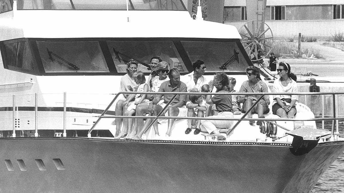 Lady Di junto a don Juan Carlos y doña Sofía en el 'Fortuna'.