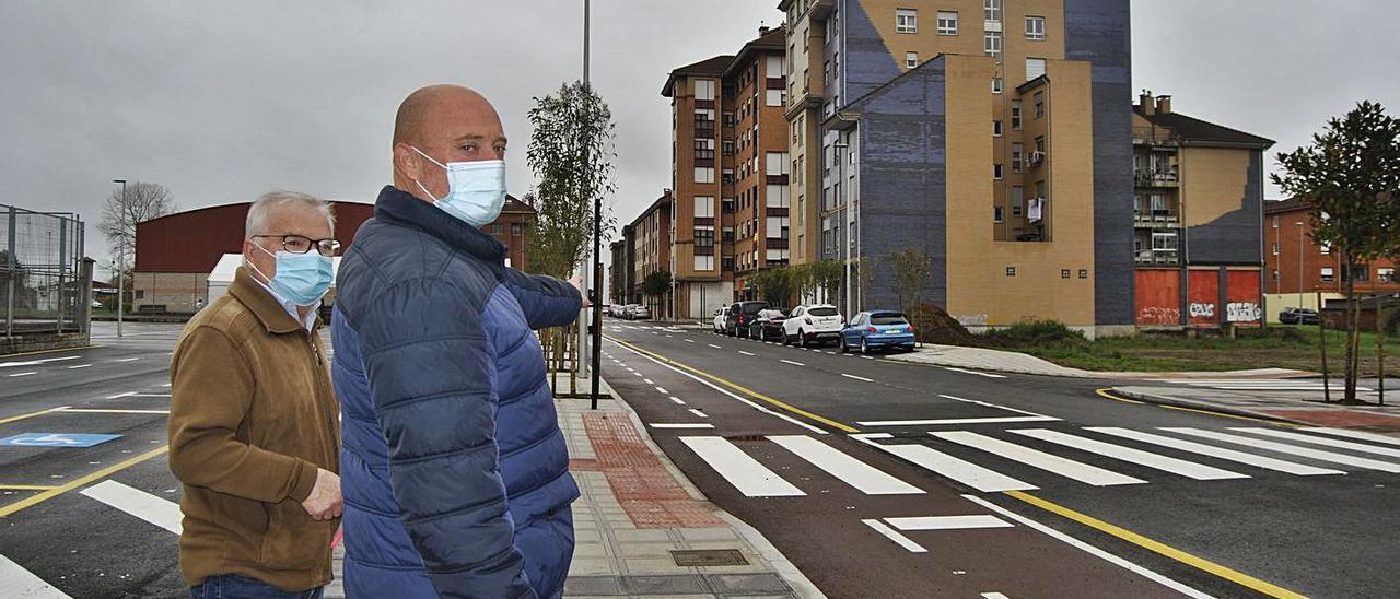 Por la izquierda, Alberto y Juan Chamorro, en la zona donde se construirán las nuevas viviendas, en la calle Santa Isabel de Lugones.   A. I.