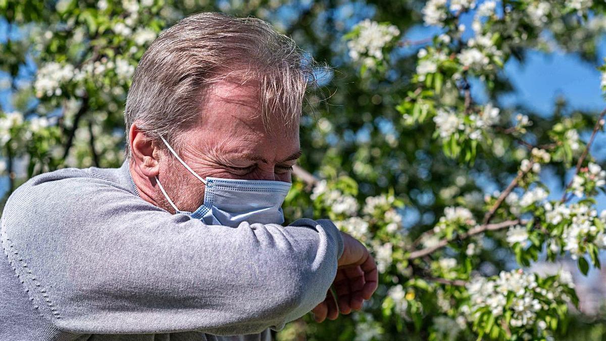 La mascarilla reduce los síntomas  respiratorios, pero sigue afectando a los ojos