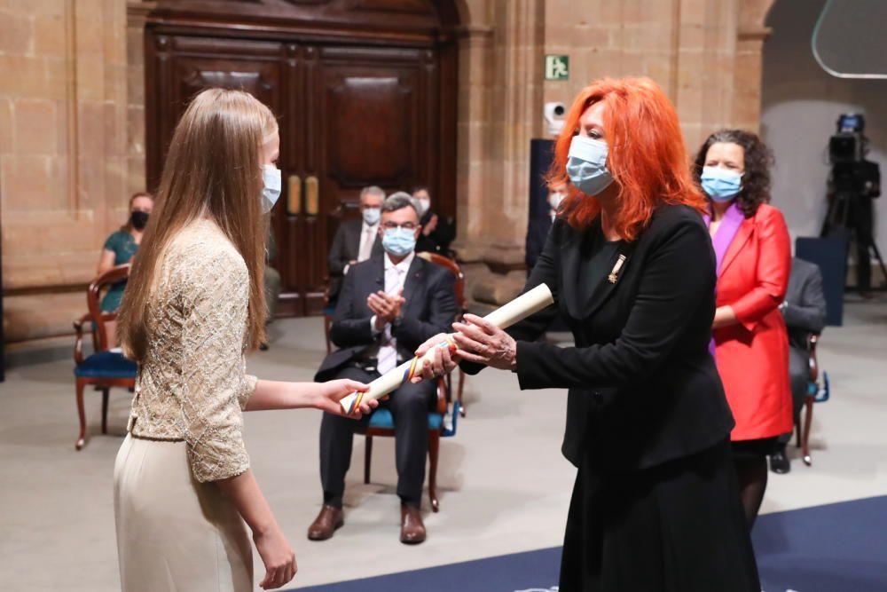 La Princesa entrega el diploma del galardón de Comunicación y Humanidades a María Sheila Cremaschi -en primer término- y Cristina Fuentes La Roche del Hay Festival of Literature.