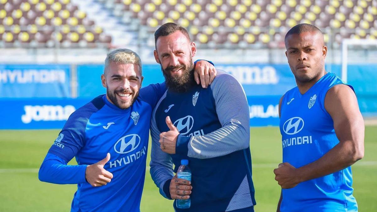 José Peris, junto a Vich y Vinicius Tanque, en uno de los últimos entrenamientos del conjunto blanquiazul.