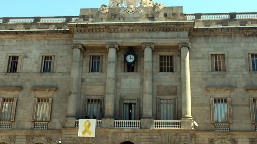 Un jutjat prohibeix a l'Ajuntament de Barcelona penjar llaços grocs als edificis municipals