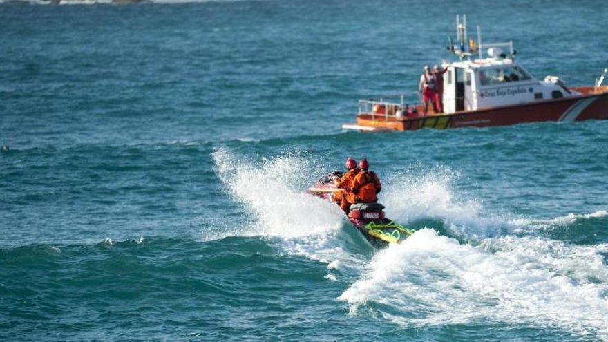 Un joven de 17 años se ahoga al ir a buscar un balón en una playa de A Coruña