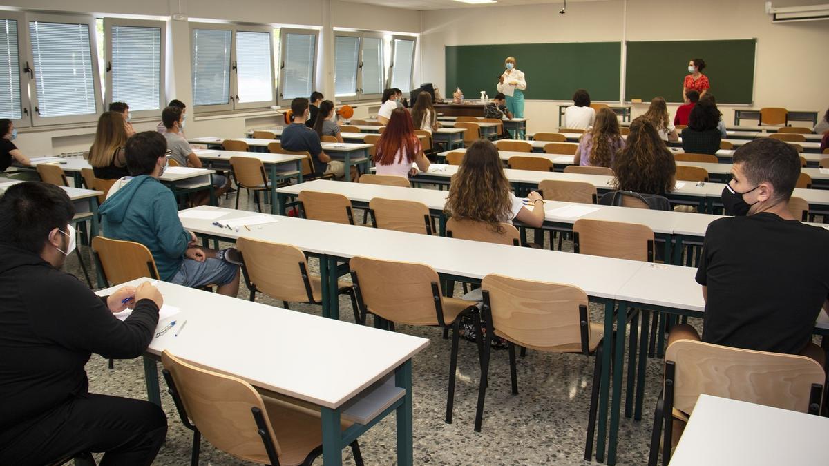 Alumnos en la EBAU.