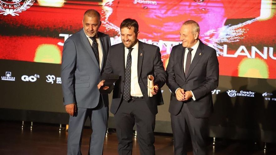 El policía nacional Juan Bautista Lanuza, galardonado por la Federación Española de Balonmano