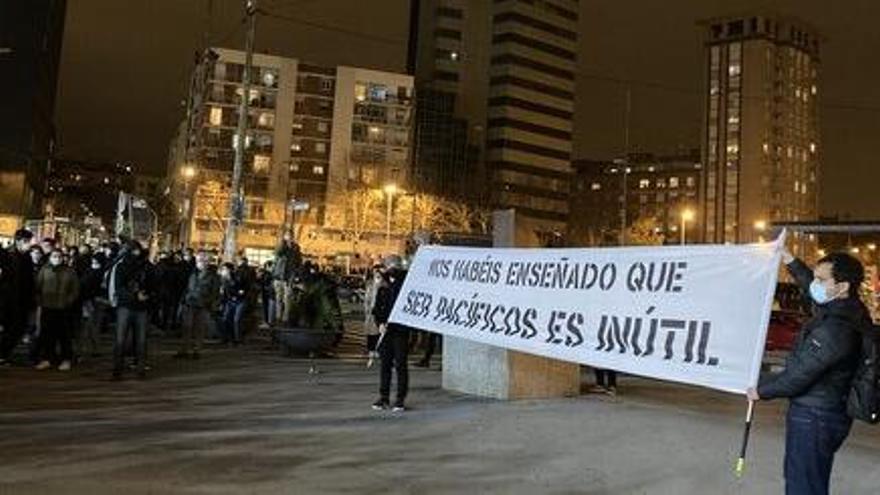 Un miler de manifestants caminen de Sants cap al centre de Barcelona en la sisena nit de protestes