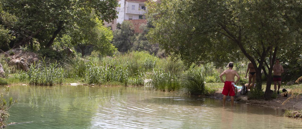 Un bañista en el río Bolbaite al paso por el pueblo, ayer.