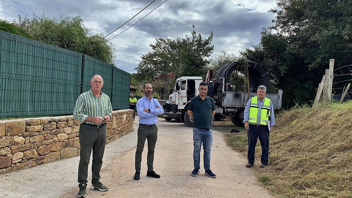 Por la izquierda, Eduardo Martínez Llosa, Ángel García, Javier Rodríguez y un responsable de la empresa adjudicataria, ayer, durante la visita a las obras.