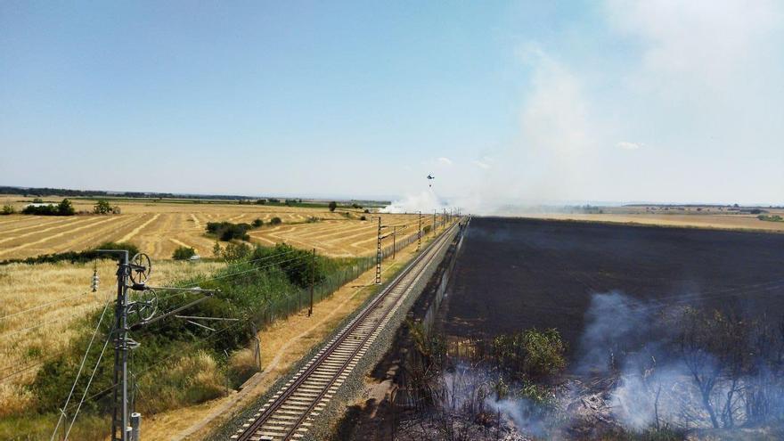 Un incendio junto a las vías interrumpe el tráfico de trenes entre Zaragoza y Huesca