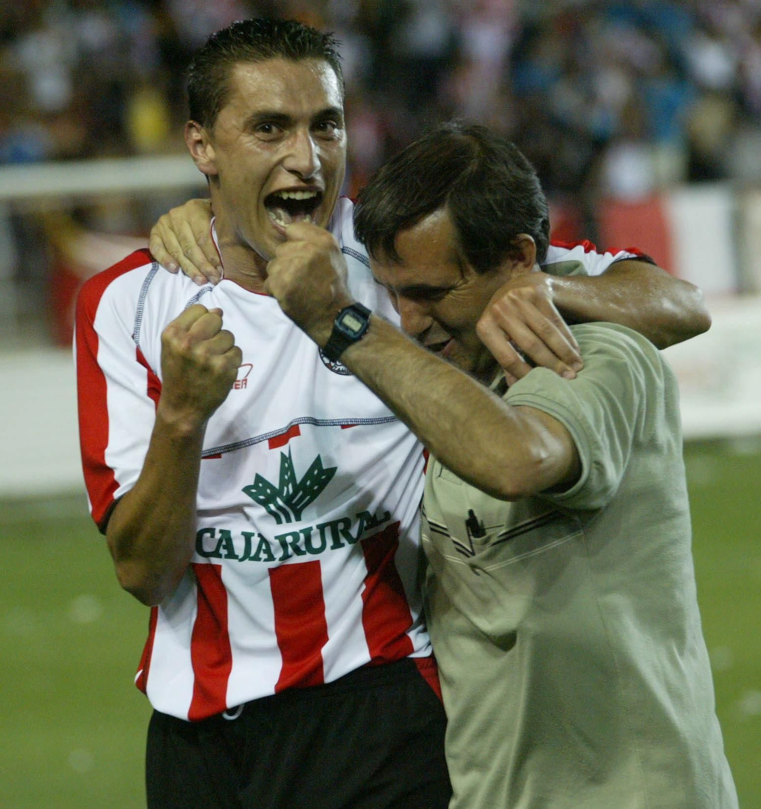 6. Los jugadores celebran el gol de Senel que le dio el pase al Zamora en Linares.