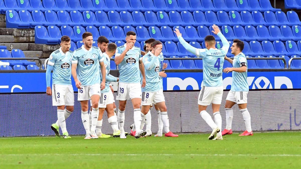 Los jugadores del Celta B celebran uno de los goles en Riazor.