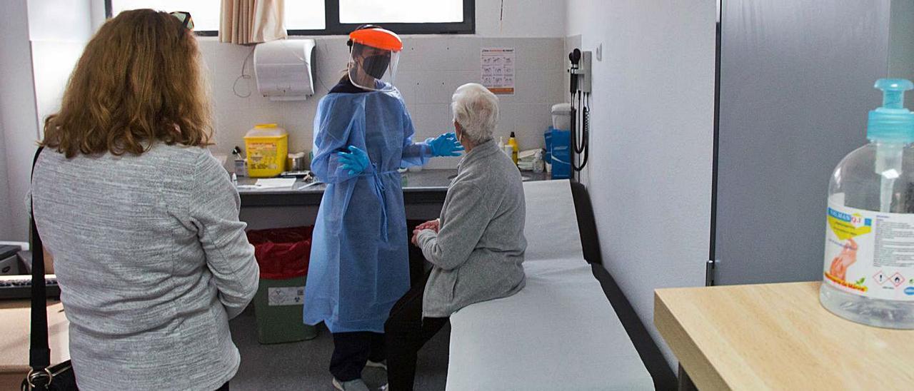 Consulta en un centro de salud de Alicante, en una imagen de archivo. | PILAR CORTÉS