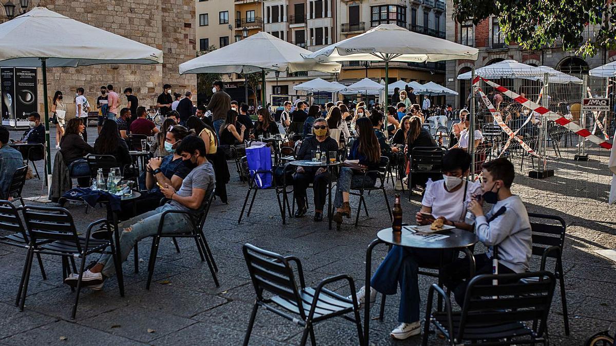 Una terraza de la Plaza Mayor, durante la tarde del viernes. |