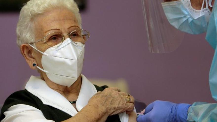 Araceli, de 96 años, primera persona en vacunarse contra el coronavirus en España