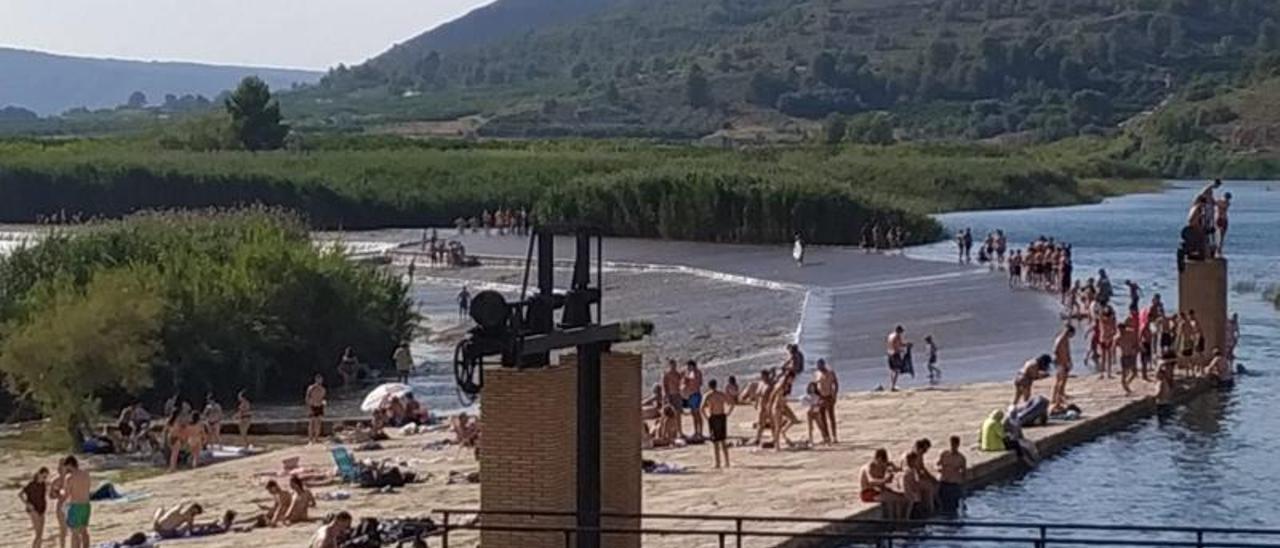 Bañistas en l'Assut de Antella en una imagen del pasado fin de semana. | LEVANTE-EMV