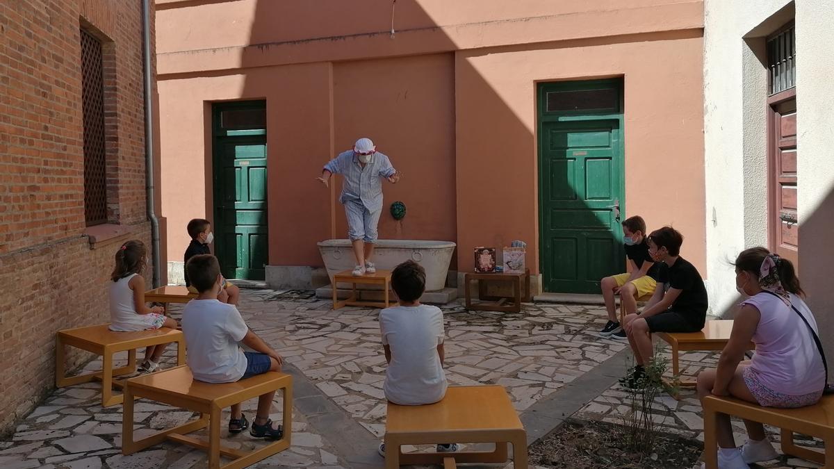 Sesión de cuentacuentos celebrada el pasado año en el patio de la Casa de Cultura de Toro