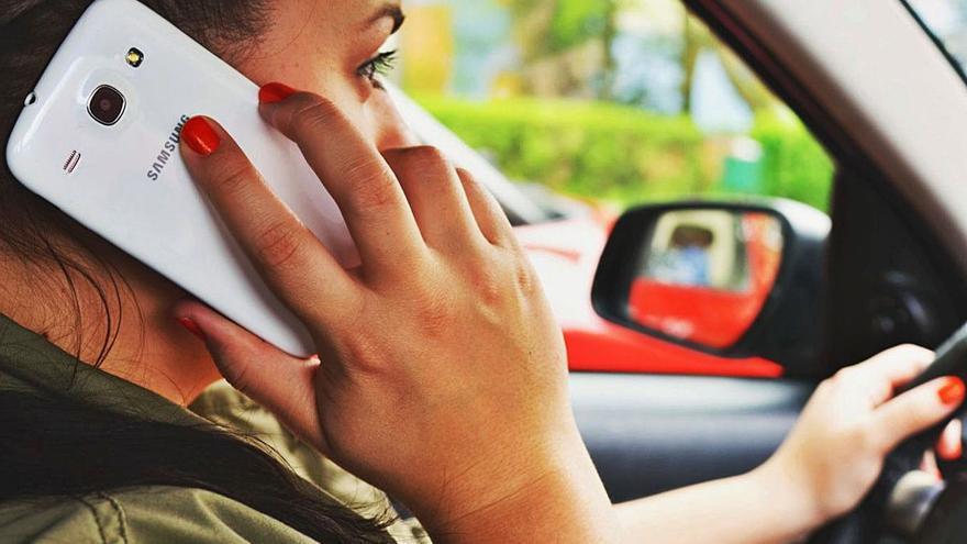 El teléfono móvil, el peor enemigo en la conducción