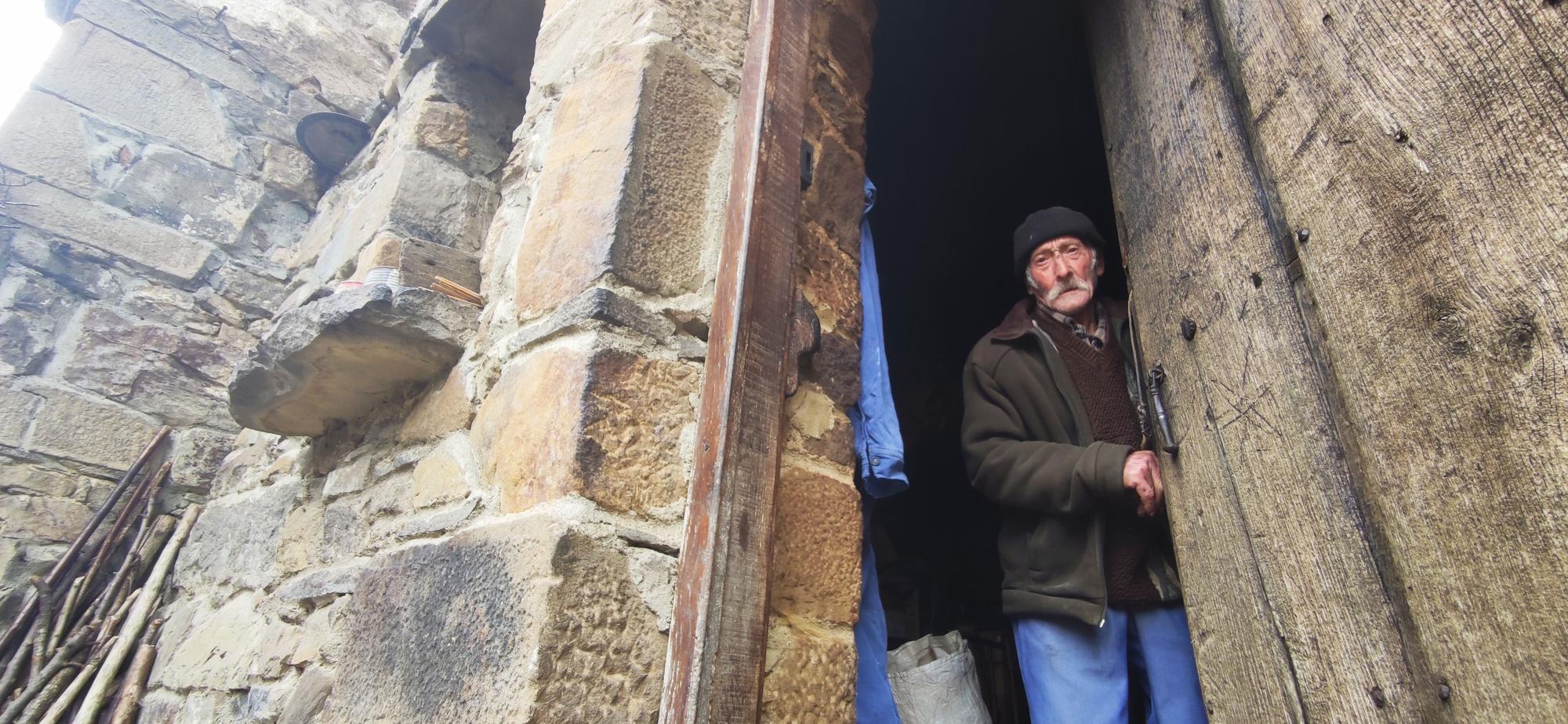Cándido abre la puerta de su casa, en Conforcos (Aller)