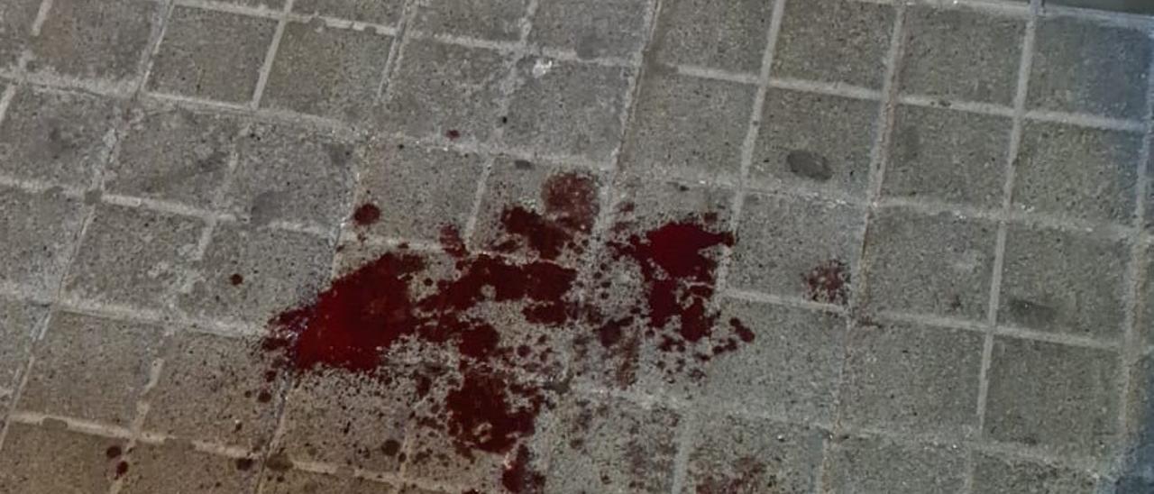 Charco de sangre de la víctima en una de las calles de Schamann.